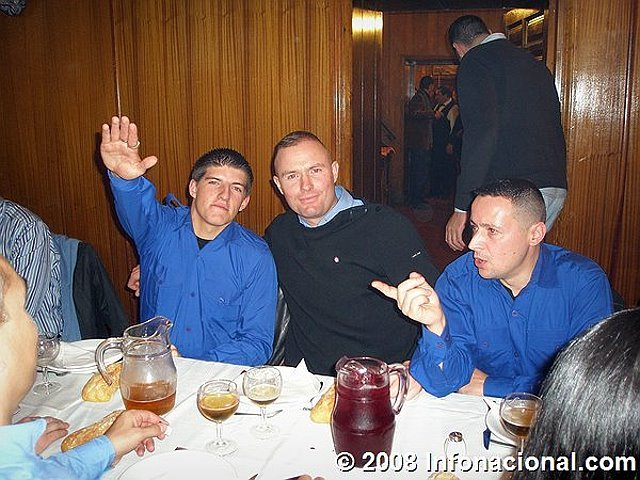 Exemple en 2008, Alexandre en uniforme de l'OF à un repas pro-franquiste en Espagne. Source (http://reflexes.samizdat.net/spip.php?article468)