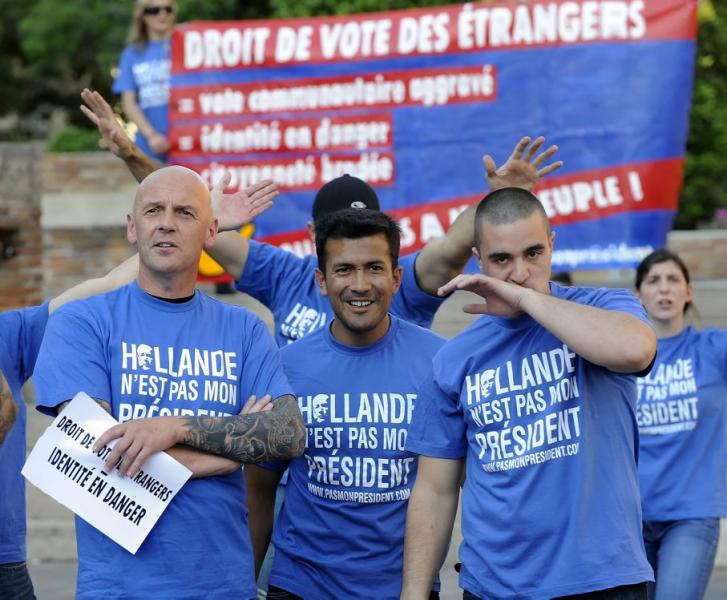 Le 29 mai 2012, place Saint-Etienne à Toulouse, manifestation du Bloc Identitaire contre le droit de vote des étrangers. De gauche à droite, Henri Van Essen, Victor Lenta, Mathis Jourdieu, Sixtine Jeay.