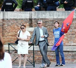 Sixtine Jeay avec sa maman et son papa, l'avocat toulousain Dominique Jeay (citation mérité pour ses quelques frasques lors des manifestations contre le « mariage pour tous ») à une manifestation organisée par le Bloc Identitaire Toulouse le 29 mai 2012.