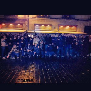 Photo du groupe hooligans Turons 1951 à Tours effectuant des quenelles et des saluts fascistes. Photo prise dans le centre ville ou ils sévices régulièrement. http://lahorde.samizdat.net/2014/01/27/tours-des-militants-dextreme-droite-attaquent-les-clients-dun-bar/